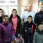 Хуманост на делу: пакетиће даровали пливачи и полицајци